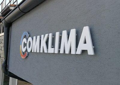 Frézovaný nápis na stene - logo Comklima