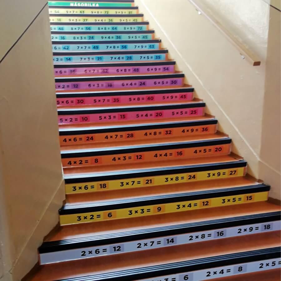Násobilka - nálepky na schody v základnej škole