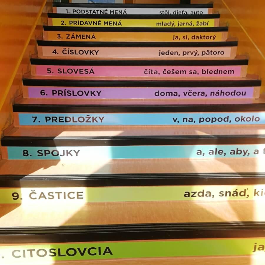Odolné nálepky na schody v základnej škole
